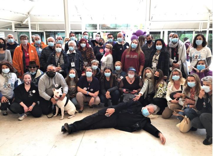 Les bénévoles des associations avec Raphaël Mezrahi dans le pavillon de l'Arche des Associations à Animal Expo / Animalis Show en octobre 2020.